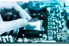 Instalación de la CPU en la placa madre Foto de archivo libre de regalías