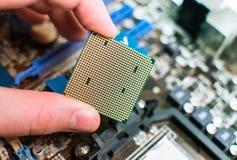 Instalación de la CPU en la placa madre Imagen de archivo libre de regalías