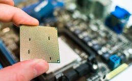 Instalación de la CPU en la placa madre Fotos de archivo