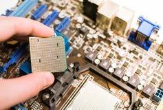 Instalación de la CPU en la placa madre Foto de archivo