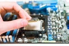 Instalación de la CPU en la placa madre Fotografía de archivo libre de regalías