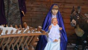 Instalación de la Navidad con Jesus Christ recién nacido metrajes