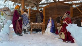 Instalación de la Navidad con Jesus Christ recién nacido almacen de metraje de vídeo