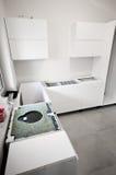 Instalación de la nueva cocina blanca imagenes de archivo