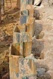 Instalación de la pila de hoja de acero del muro de contención por la máquina Foto de archivo