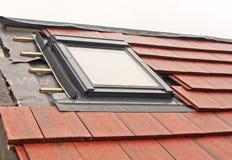Instalación de la ventana de Velux fotografía de archivo