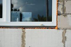 Instalación de la ventana y del aislamiento del PVC de la casa para el ahorro de la energía de la casa Fotos de archivo