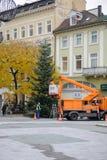Instalación de las decoraciones y del árbol de navidad Alemania de la Navidad Imagen de archivo