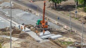 Instalación de las placas concretas por la grúa en el timelapse del sitio de la construcción de carreteras almacen de video