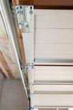 Instalación de las puertas del garaje Instalación del carril y de la primavera de los posts/asamblea imagen de archivo libre de regalías