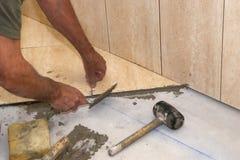 Instalación de los azulejos Foto de archivo libre de regalías