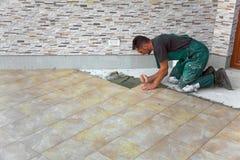 Instalación de los azulejos de suelo Fotos de archivo