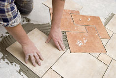 Instalación de los azulejos de suelo imagen de archivo libre de regalías