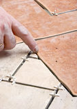 Instalación de los azulejos de suelo foto de archivo libre de regalías