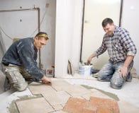 Instalación de los azulejos de suelo Fotografía de archivo libre de regalías