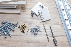 Instalación de los muebles del conglomerado en un taller de la carpintería Accesorios y herramientas para los carpinteros fotos de archivo libres de regalías