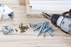 Instalación de los muebles del conglomerado en un taller de la carpintería Accesorios y herramientas para los carpinteros imagenes de archivo