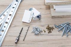 Instalación de los muebles del conglomerado en un taller de la carpintería Accesorios y herramientas para los carpinteros foto de archivo