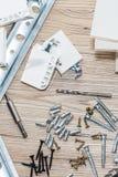 Instalación de los muebles del conglomerado en un taller de la carpintería Accesorios y herramientas para los carpinteros fotografía de archivo