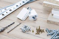 Instalación de los muebles del conglomerado en un taller de la carpintería Accesorios y herramientas para los carpinteros imagen de archivo
