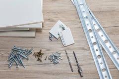 Instalación de los muebles del conglomerado en un taller de la carpintería Accesorios y herramientas para los carpinteros fotografía de archivo libre de regalías