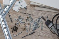 Instalación de los muebles del conglomerado en un taller de la carpintería Accesorios y herramientas para los carpinteros imágenes de archivo libres de regalías