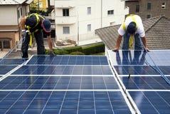 Instalación de los paneles solares Imagenes de archivo