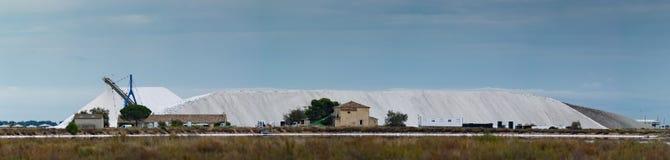 Instalación de producción natural francesa de sal del mar de Canargue foto de archivo