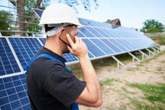 Instalación de sistema exterior independiente del panel solar, concepto verde renovable de la generación de la energía imagen de archivo libre de regalías