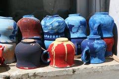 Instalación de tazas multicoloras Foto de archivo libre de regalías