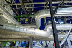 Instalación de tubos con el aislamiento de la caldera Imagen de archivo libre de regalías