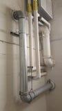 Instalación de tubos y canalización en una pared del edificio Imagen de archivo