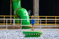 Instalación de tubos y equipo de la torre de enfriamiento Foto de archivo libre de regalías