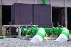 Instalación de tubos y equipo de la torre de enfriamiento Imagen de archivo libre de regalías