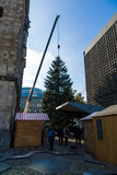 Instalación de un árbol de navidad Fotografía de archivo