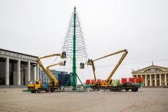 Instalación de un árbol de navidad Foto de archivo libre de regalías