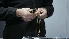 Instalación de un cable de Internet almacen de metraje de vídeo