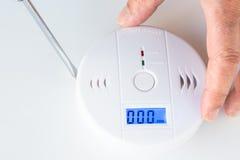 Instalación de un humo y de una alarma de incendio con los sens del monóxido de carbono fotografía de archivo