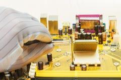 Instalación de un procesador en placa madre del ordenador Foto de archivo libre de regalías