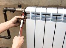 Instalación de un radiador Imágenes de archivo libres de regalías