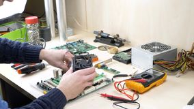 Instalación de una fan más fresca de la CPU en la placa madre almacen de metraje de vídeo
