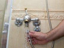 Instalación de una manguera de ducha fotos de archivo