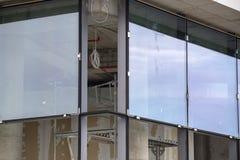 Instalación de ventanas de cristal de gran tamaño foto de archivo