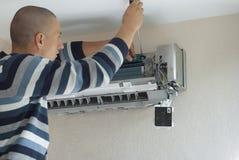 Instalación del acondicionador de aire imagen de archivo