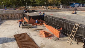 Instalación del albañil del trabajador del albañil de la construcción almacen de metraje de vídeo