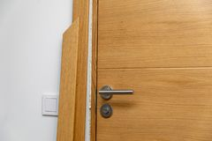 Instalación del arquitrabe de la puerta imagenes de archivo