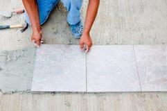 Instalación del azulejo de suelo Imágenes de archivo libres de regalías