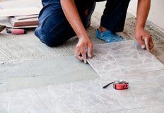 Instalación del azulejo de suelo Fotografía de archivo libre de regalías