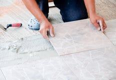 Instalación del azulejo de suelo Imagen de archivo