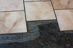 Instalación del azulejo de suelo Foto de archivo